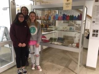 Vorschaubild zur Meldung: Die Schülerfirma Farbklecksstellt erneut Kunsthandwerk im Rathaus aus