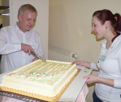 Zum Start der Praxis schnitt Hausarzt Jens Lehmann eine große Torte an