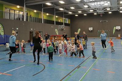 Die 75 Kinder der Kita Alte Dorfschule konnten am vergangenen Donnerstag auf dem Weg zu Frau Eule ein Mini-Sportabzeichen absolvieren. Foto: Kreissportbund Landkreis Oldenburg