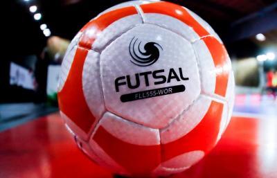 Futsal ist eine Variante des Hallenfußballs, bei der mit einem sprungreduzierten Ball gespielt wird.