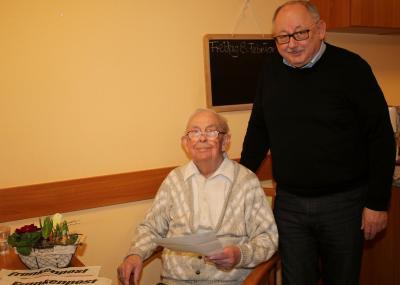 Der Turnverein 1887 Kirchenlamitz ehrte sein langjähriges Mitglied Herbert Bergmann (links), der bereits 80 Jahre dem Verein angehört. Vorsitzender Friedrich Gräßel übermittelte die Glückwünsche