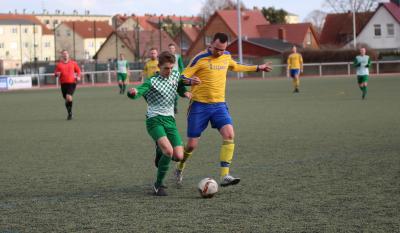 Dominik Scheil ( grün-weiss ) bereitete den zweiten Treffer des Demminer SV in Dargun vor