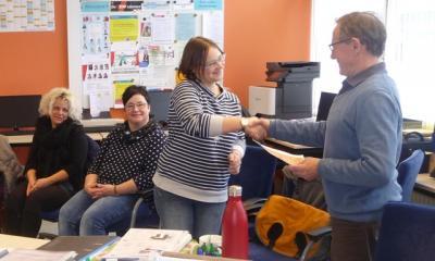 Rektor Rack überreicht Frau Dominke zum Abschied im Namen des Lehrerkollegiums ein kleines Präsent.