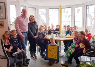 Die Klasse 3 mit dem erstellten Bild sowie Klassenlehrerin Melissa Krowas und Bürgermeister Manfred Helfrich.