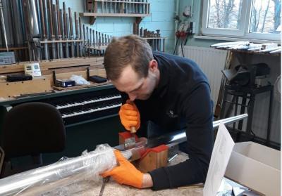 Orgelbauer Tobias Herold bei der Arbeit an einem tiefen Cis