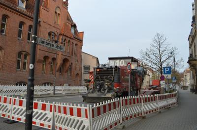 Die Sanierungsarbeiten der Hamburger Straße begannen am Rathaus-Kreisverkehr.