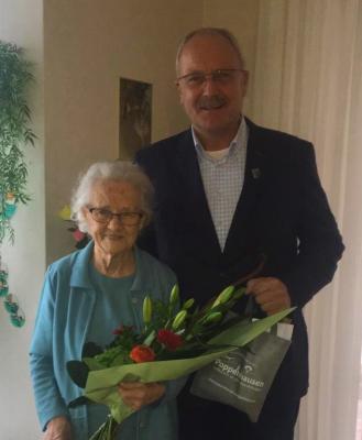 Präsentieren sich gut gelaunt: Die 99-jährige Emma Brückner und Bürgermeister Manfred Helfrich