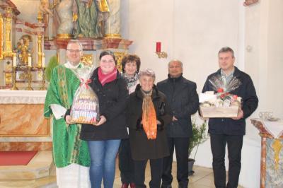 Foto zur Meldung: Die Pfarreiengemeinschaft Moosbach, Prackenbach-Krailing gratulierte ihrem beliebten Diakon zum 40. Geburtstag