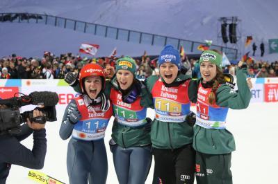 Erster Team-Weltmeister in der Geschichte des Frauen-Skispringens, v. l. n. r.: