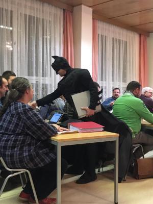 Bürgermeister Giebler als Batman im Gemeinderat