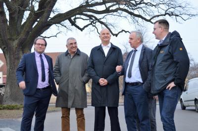 Manuel Meger, Udo Folgart, Dietmar Woidke, Uwe Bublitz und Johannes Funke während des Rundgangs durch Wachow (v. l. n. r.).