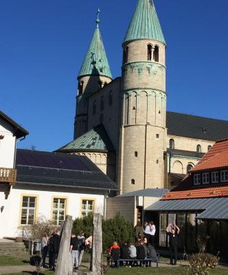 Die Steinwedeler Konfirmanden vor dem Turm der Gernröder St. Cyriakus-Kirche. Bild: Jörn Kremeike