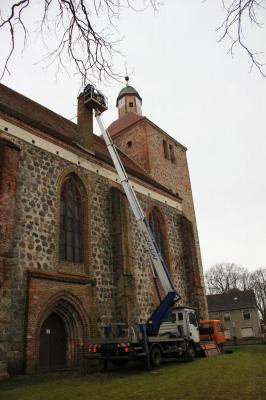 Vorschaubild zur Meldung: Storchennest in Freyenstein installiert