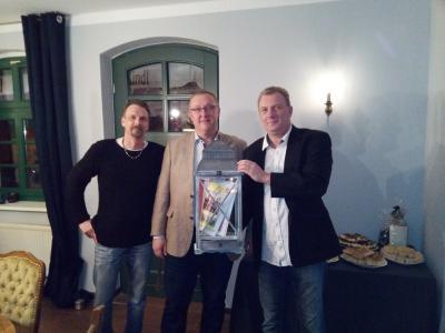 """Der Bürgermeister Marco Radloff gratulierte Lars Sachs (r.i.B.) und Jascha Blisse (l.i.B.) zur Wiedereröffnung der Gaststätte """"Zur Hexe"""""""