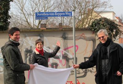 2013 wurde der Dorothea-von-Reppen-Weg enthüllt, v.l.n.r. Guido Strohfeldt, Leiter des Museums, Gleichstellungsbeauftragte Anne-Gret Trilling, Fachbereichsleiter Stadtentwicklung Christfried Tschepe