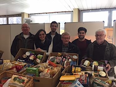 Frau Dr. Margret Schmitt und Herr Konrad Klein (ganz links) mit Schülern des TGS BBZ  und ehrenamtlichen Helfern der Saarlouiser Tafel