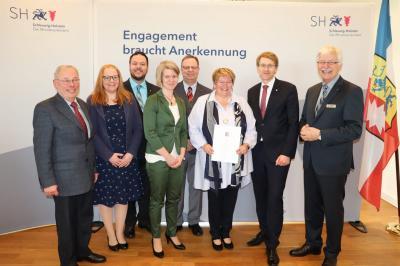 Dörthe Weber mit Ministerpräsident Daniel Günther und Ihrer Familie, links Bürgermeister Hans-Heinrich Franke, rechts Kreispräsidenz Ulrich Brüggemeier