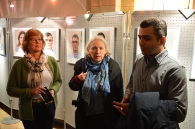 Waltraud Neumann, Simone Ahrend (m.) und Wafi Yaghi vor den Portraits der Ausstellung I Foto: Martin Ferch