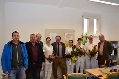 Das Praxisteam und die Gratulanten am Tag der Eröffnung.