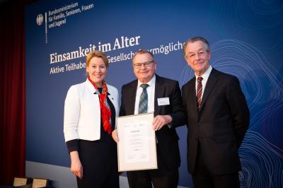 (v. l. n. r.) Ministerin Dr. Giffey, Vorstandsmitglied des Generationentreff Wolfgang Götz, Franz Müntefering. Bildnachweis: Kathrin Harms.