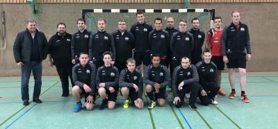 Die 1. Herrenmannschaft in den neuen Trainingsanzügen mit dem Sponsor Paul Köster (l.)