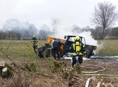 Foto zur Meldung: Feuerwehr-Einsatz: Fahrzeug brennt auf dem Schmalenseerfeld