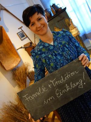 """Die stellvertretende Bürgermeisterin Katja Hoffmann macht es vor: """"Familie & Tradition im Einklang"""" - Das sind ihre Vorzüge von Dissen. (Foto: K. Möbes)"""