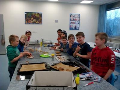 Klasse 4 backt Gingerbread-Herzen