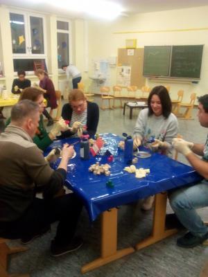 Vorschaubild zur Meldung: Bastelabend für Eltern: Holzwürfel, Leim und Farbe für den Geometrieunterricht!