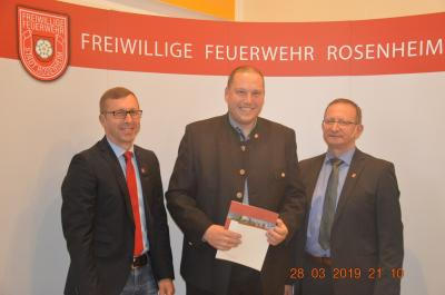 Philipp Schildbach (mitte) wurde zum Brandmeister befördert