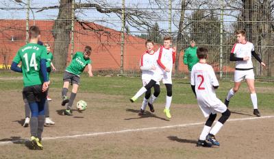 Younis Frenz ( grünes Trikot, am Ball ) erzielte gegen Nordbräu Neubrandenburg den Demminer Führungstreffer