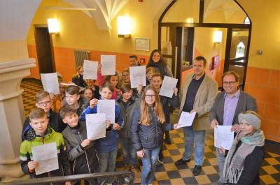 Foto zur Meldung: Bürgerbudget – Kinder bringen Vorschläge zum Bürgermeister