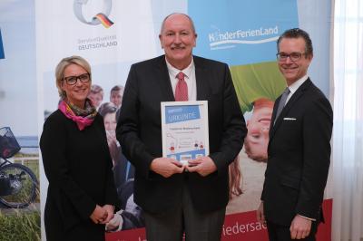 Bürgermeister Otto-Heinz Fründt bei der Verleihung der Urkunde