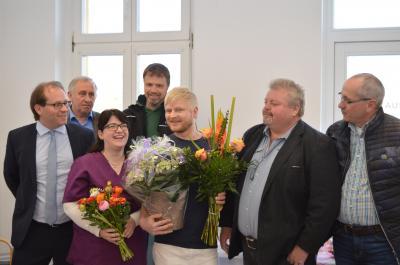 Das Parxisteam und die Gratulanten bei der Praxiseröffnung im Dorfgemeinschaftshaus in Wachow.