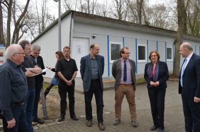 Foto zur Meldung: Bildungsministerin und Landrat auf Stippvisite beim VfL Nauen