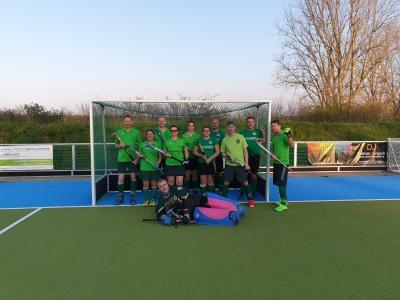 Foto zur Meldung: Start Elternhockey-Liga Feld Saison mit den HCKW Schlossgeistern