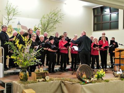 Foto zur Meldung: Unser gemeinsamer Chor auf Liederabend in Kembach