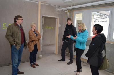 BU: Ortsvorsteher Wolfgang Jung (im Bild links) im Gespräch mit Antje Witt (mit blauer Jacke)