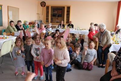 Foto zur Meldung: Kindergartenkinder besuchten die Senioren
