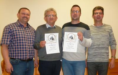 Für 10-jährige Zugehörigkeit bei den Eisstockschützen des FC Tirschenreuth ehrten die beiden Spartenleiter Klaus Burkhard (links im Bild) und Wolfgang Wagenknecht (rechts) die Mitglieder Anton Sticht (zweiter von links) und Matthias Seidl.
