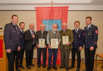 Foto zur Meldung: Erlafrid Hiltl zum Ehrenvorstand der Happinger Feuerwehr ernannt