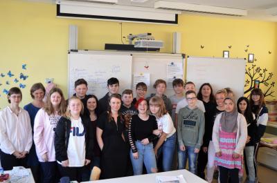 Die Klasse mit den Projektleiterinnen des Schulhausromans, Sabina Meier Zur und Grit Weirauch (li.) und der Autorin Paula Fürstenberg (mittig).