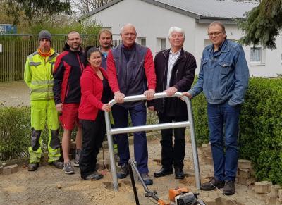Die Mitarbeiter des Bauhofes, die Betriebsleitung sowie der Förderverein und die Verwaltung präsentieren die neuen Fahrradbügel.