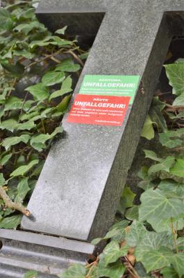 Bei mangelnder Standsicherheit ist der Nutzungsberechtigte verpflichtet, den Grabstein unverzüglich fachgerecht befestigen zu lassen.