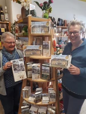 Th. Knieke (li) und Karin Laier (re) präsentieren das neue Angebot an Neuwieder Pralinen