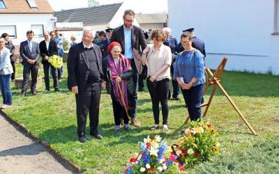 """Lore Robinson (2.v.l.) in Begleitung von Dr. Peter Fischer vom Zentralrat der Juden (links) und ihrer Familie. Die 95-Jährige kam aus London angereist, um ihrer verstorbenen Mutter und anderer Opfer des """"Verlorenen Transports"""" zu gedenken."""
