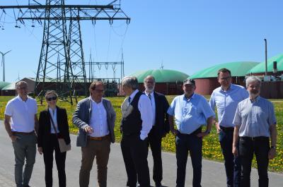 Rundgang mit Minister Steinbach (mittig) über die Biogasanlage in Neukammer.