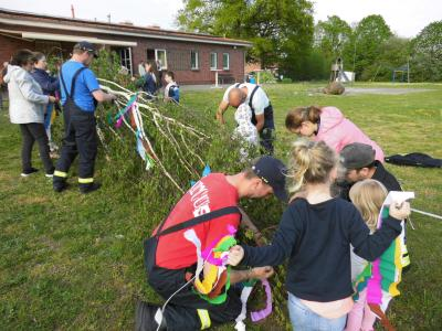 Die Kindern und Jugendlichen schmückten mit Unterstützung der Eltern den Maibaum in Göhlen mit selbstgebastelten Bändern