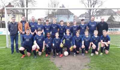 Im Bild die gemeinsame C-Jugend der beiden Vereine sowie die Trainer, Jugendleiter und Mario Bäumler, Geschäftsführer der BSW Versicherungsmakler in Tirschenreuth.