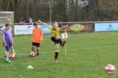 Mädchen spielen Fußball im Sportpark
